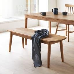 Luomu/ルオム 無垢ダイニングシリーズ  無垢ウィンザーチェア ベンチセット 背もたれの無いダイニングベンチは、座る人数を限らず、立ち座りもしやすく便利な椅子です。写真は幅135cmベンチです。