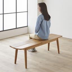 オーク無垢材ダイニングベンチ 幅135cm Luomu/ルオム モデル身長164cm:写真のベンチは幅150cmサイズです