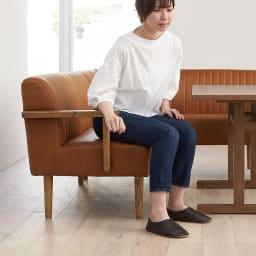 LDテーブル 幅115cm×65cm kokous/ココース LDソファシリーズ 肘を使えば立ち上がりも楽に。テーブルの脚がT字脚で邪魔になりにくい設計です。