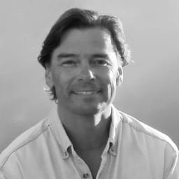 PONGO/ポンゴ ポータブル卓球セット・テーブルテニスセット [umbra・アンブラ] Stephan Copeland モントリオール出身のインダストリアルデザイナー。人間工学と力学に基づいたデザインを、「FLOS」や「Knoll」、「simplehuman」などに提供しています。