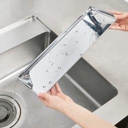 ステンレス製 隠せる スリム 水切りかご 箸立て付き トレーは取り外し可能で、水洗いできるので清潔を保てます