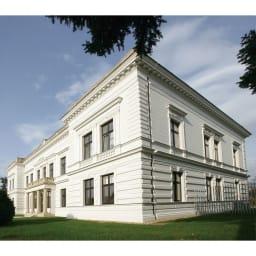 No.18 カウンターチェア 曲げ木天然木ハイスツール [TON・トン] チェコにあるTONの本社屋。老舗の曲げ木家具メーカーとして、年間50万台以上を製造。