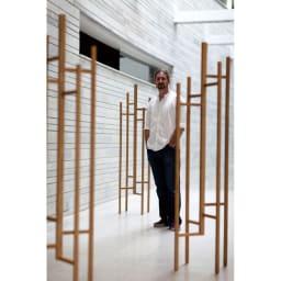 オーク天然木 リビングテーブル 棚付きコンソールテーブル [WOODMAN・ウッドマン] デザイナーLeonhard Pfeifer/レオナルド・ファイファー 家具の修理職人だった父の影響で、「木」という素材の美しさと多目的さを重視しながら、「機能的」「大きすぎない」というロンドンやパリなどの都会的なライフスタイルに向けたデザインをモットーとする。