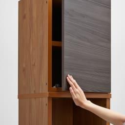 K'astani/カスターニ バイカラーコレクション本棚 高さサイズオーダー上置き 幅117.5cm高さ26cm~90cm プッシュ扉で取っ手がなく開閉が簡単です。