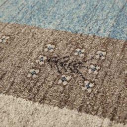 ベルギー製Vokko/ヴォッコ ウィルトン織マット [素材アップ]ブルー 手織りのニュアンスと色使いが調和した一枚です。