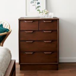 Calm/カーム 寝室コンパクトチェスト 幅70cm・5段(高さ84.5cm) 高さも控えめで、寝室においても圧迫感がなく安心して設置できます。