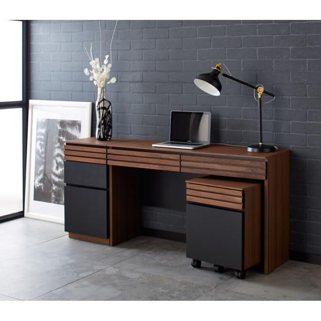 AlusStyle/アルススタイル 薄型ホームオフィス サイドワゴン 使用イメージ ウォルナットの無垢材と、ブラックレザー調の素材の組み合わせが魅力。