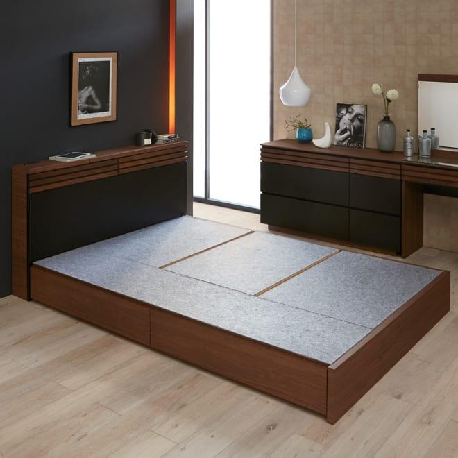 AlusStyle/アルススタイル ベッドシリーズ ベッドフレームのみ コーディネート例 ウォルナットの無垢材と、ブラックレザー調の素材の組み合わせが魅力。
