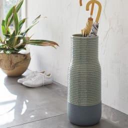 有田焼傘立て BOTTLES/ボトルズ 磁器の産地、有田で作られる有田焼の傘立て。本格的な時期の美しさとモダンなカラーリングで家の顔となる玄関にふさわしい存在感です。