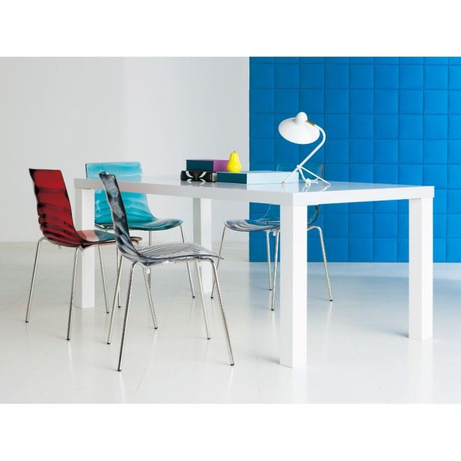 Multi マルチダイニングテーブル ウッドレッグタイプ 幅180cm コーディネート例:ホワイト 広い表面材を貼り、複数回もの丁寧な塗装を施されるホワイト。色の異なるチェアをコーディネート。ホワイトのテーブルはどんな色のチェアを選んでも大丈夫。