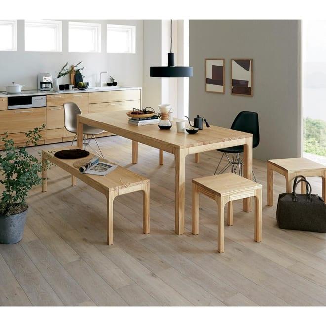 幅200ダイニングテーブル SU:iji/スイージー ニュージーパイン(R)無垢ダイニングシリーズ コーディネート例 木目の綺麗なダイニングシリーズ。後ろのキッチンはウッドワン様でお買い求めできます。