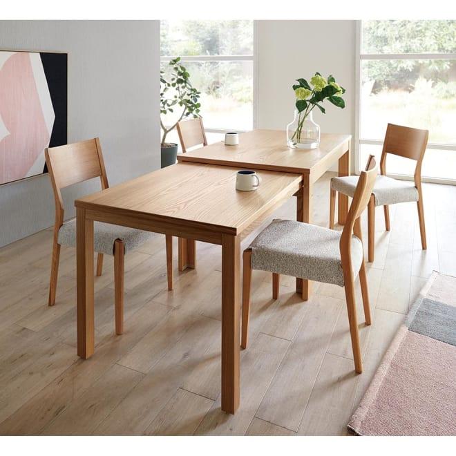 伸長式テーブル 幅130~215cm Vilske/ヴィルスク 伸長式ダイニングシリーズ 木部・ナチュラル、チェアカバーはグレー。 引き出して使える伸長式ダイニングセット