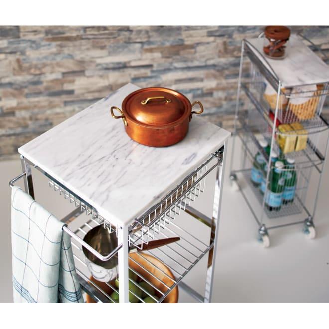 キャスター付き マーブルトップトローリー S(幅45cm) 天然大理石の天板には熱いものが直接置けて、お菓子作りにも好適。  (外寸cm)幅45×奥行38×高さ86  ※お届けは手前のワゴンSタイプです。