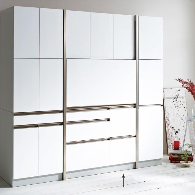 AQUA/アクア ダイニングボード・キッチンボード 幅107cm ホワイト スライド扉を下してしまえば、すっきりとした壁面収納のような印象に。