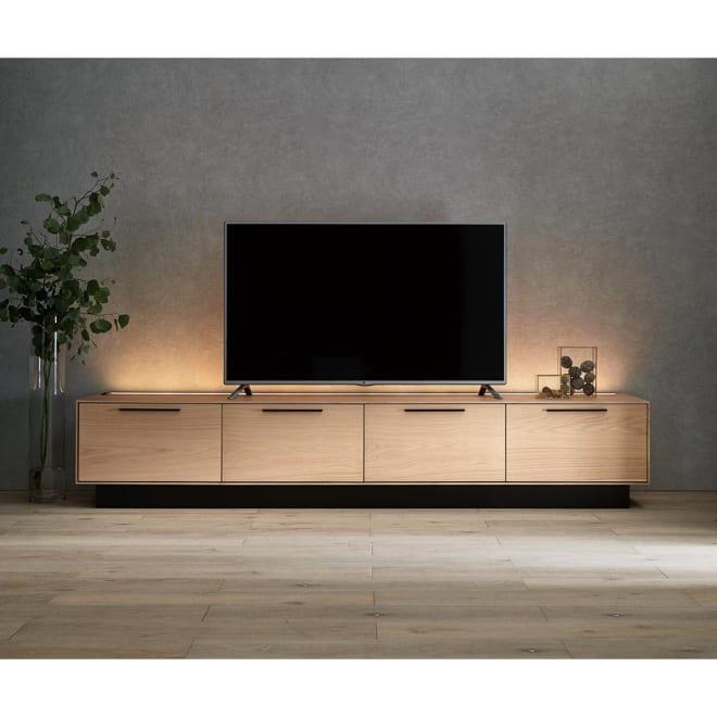 Glint/グリント LED照明付きテレビ台 幅240cm LEDライト点灯時。※写真は部屋の照明を落として撮影しています。