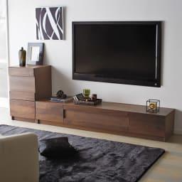 木目の風合いに包まれた隠しガラスグロッセウォルナットテレビ台 幅200cm 壁掛けテレビの下に設置してお部屋をスタイリッシュに。※写真は幅200cmと扉キャビネットの組み合わせです。
