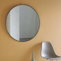 HUBBA/フーバ 壁掛け大型ミラー 直径86cm シンプルな円形ながら、存在感のある直径86cmの大型ミラー。細いフレームで大きくても圧迫感を感じさせないワザありのアイテムです。
