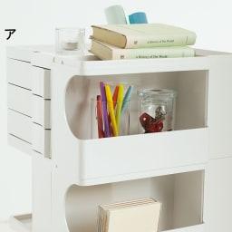 Boby Wagon/ボビーワゴン イエロー・グレータイプ[B-LINE・ビーライン/デザイン:ジョエ・コロンボ] 再度の棚部分は瓶などを置いたり、本やノートを差し込んで収納することができます。(写真は別色ホワイトタイプ)