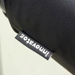 当店限定モデル Captain103/キャプテンチェア 人工皮革マットブラックフレーム[innovator・イノベーター ] 座クッションに、ブランドロゴを織り込んだタグ付きです。
