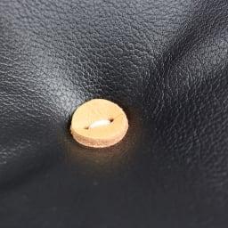 当店限定モデル Captain103/キャプテンチェア 人工皮革マットブラックフレーム[innovator・イノベーター ] 船長の着るピーコートのレザーボタンを意識したヌメ革ボタンがアクセント。