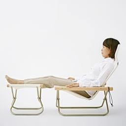 Nychair X Rocking ニーチェア エックス ロッキングチェア [Takeshi Nii/デザイン:新居猛] 腰が深く落ちることで、背もたれに自然にゆったり体を預けられる、包み込まれるように快適な座り心地。写真はロッキングチェアではありません。