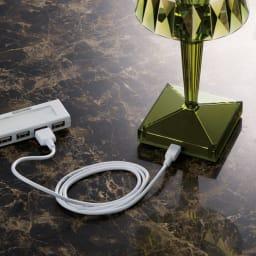 Battery/バッテリー 充電式テーブルランプ・テーブルライト [Kartell・カルテル/デザイン:フェルーチェ・ラヴィアーニ] 5時間充電で約6時間点灯。充電しながらの使用も可能。