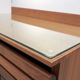 AlusStyle/アルススタイル リビングシリーズ ドレッサー 幅65.5cm 強化ガラス天板にはすべり止め付きで、きちんと固定できます。