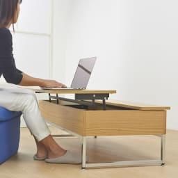 収納スペース付き リフトアップセンターテーブル 【ポイント】天板は手前に引き上がるので、ソファに座ったままノートパソコンなども使やすい。
