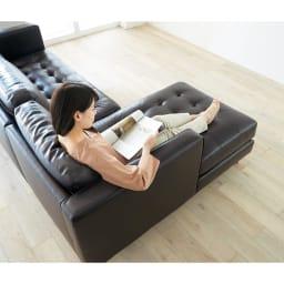Cammello/キャメロ 革張りソファ コーナーカウチ コーナーカウチ座って右 (イ)ダークブラウン シェーズロング部分で足を伸ばしてくつろげます。(※モデルの身長は160cmとなります)