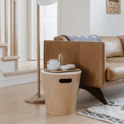 umbra/アンブラ ウッドロウ ストレージスツール ソファサイドテーブルとしても便利です。