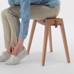 ウッドスリムスツール オーク 靴の脱ぎ履きにちょうどいい高さです。