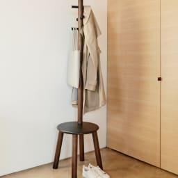 Pillar/ピラー スツール&コートラック[umbra・アンブラ] 玄関先に置いて、靴を履く際の腰かけとして。外出用の上着やストールもまとめて朝の支度の時短にも。
