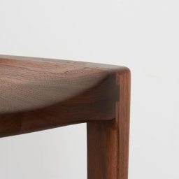 Ajeltuo/アヤルト ダイニングチェア[ウォルナット無垢材:日本製] 脚部も滑らかな仕上がりに。