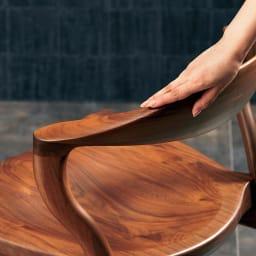 Ajeltuo/アヤルト ダイニングチェア[ウォルナット無垢材:日本製] 背もたれ部分は削り出しにより滑らかな手触り。