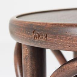 アンティーク風のNO.60スツール[チェコ TON社] 丸く仕上げられた座部のエッジ。レーザーで施された刻印が、TONブランドの証しです。