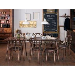 アンティーク風No.18 曲げ木 チェア[チェコTON社製] 「クラッシィでもカジュアルなパリのカフェ」風のスタイリングです