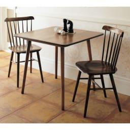 アンティーク風テーパーダイニングテーブル 正方形テーブル幅80cm×80cm[チェコTON社製] ウィンザーチェアに似合うようにデザインされたテーブルです。