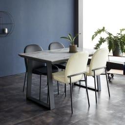 Kivits/キヴィッツ ダイニングテーブル 幅135 セットイメージ画像 幅135のコンパクトサイズ(ウ)テーブル・ホワイト、チェアミックス(ブラック2脚・ホワイト2脚)