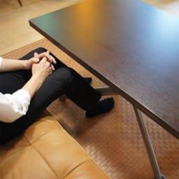 Lift-Up リフトアップ イタリア製昇降エクステンションテーブル[昇降式・伸長式・キャスター付き] テーブル幅110cm×70cm[伸長時140cm×110cm] 天板を閉じると、足元の空間が広がり、出入りしやすくなります。 モデル身長176cm