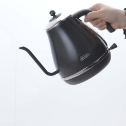 DeLonghi/ デロンギ アイコナ ドリップ 電気ケトル 【KBOE1220J-W/KBOE1220J-GY】 握りやすいハンドルの形状でお湯がまっすぐ下に落ちる設計なので、初めての方でも使いやすいのが魅力です。