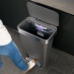 シンプルヒューマン simplehuman ゴミ袋ホルダー付ペダルペール ステンレス 45L ペダル式で両手がふさがってもゴミ捨て簡単。
