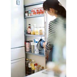 ステンレス製キッチンすき間収納ワゴン ハイタイプ(高さ164cm) 幅10奥行61cm 常温保存できるストック食材などを並べてすっきり収納。