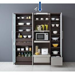 SmartII スマート2 ステンレスシリーズキッチン収納 ステンレスレンジボード 幅60cm ウェンジ系色 扉オープン時。同シリーズのキッチンキャビネット幅70とキャビネット幅40右開きの組み合わせ例です。