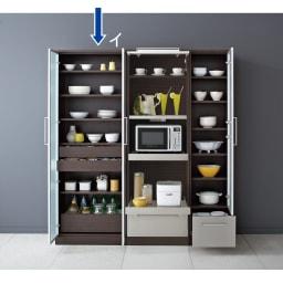 SmartII スマート2 ステンレスシリーズキッチン収納 扉内引き出し付きキッチンキャビネット 幅70cm ウェンジ系色 扉オープン時。同シリーズのレンジボード幅60、キッチンキャビネット幅70との組み合わせ例です。