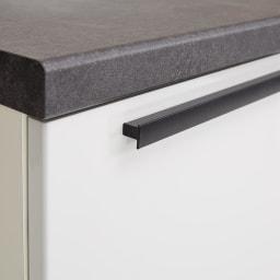 Boulder/ボルダー 石目調天板キッチンシリーズ カウンター 幅160cm 奥行45cm マットブラック仕上げの取っ手は、全体の印象を引き締める効果も。