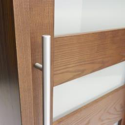 NexII ネックス2 天然木キッチン収納 キャビネット 幅120cm ほっそりとした取っ手は縦に長く、デザイン的に美しいだけでなく、つかみやすい利便性の面も優秀。