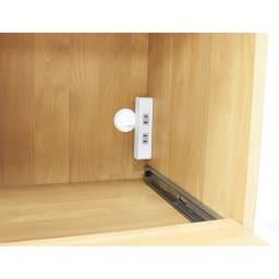 Pippi/ピッピ アルダー材コンパクトキッチン レンジラック 幅80.5cm 下段家電収納部には2口コンセントつき。上段家電収納部に置いた家電も、棚板の配線コードを使いこのコンセントから電源を取ります。