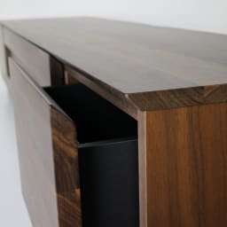 木目の風合いに包まれた隠しガラスグロッセウォルナットテレビ台 幅160cm 天板、前板には高級感あるウォルナット無垢材を使用。 天板と前板はスッキリしたデザインになるようVカット仕上げとなっています。