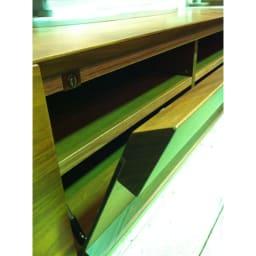 木目の風合いに包まれた隠しガラスグロッセウォルナットテレビ台 幅160cm Vカット仕上げの取っ手でシャープなデザインに。さらに開閉の途中で手を放しても、静かに降りてくるソフトダウンステーフラップ扉です。