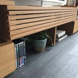 Loire/ロアール 天然木格子伸縮テレビ台 幅125~234cm 幅を広げる事により、本体下にオープンスペースが増えるのでCD・DVD、雑誌や、ちょっとしたインテリア等が収納出来ます。